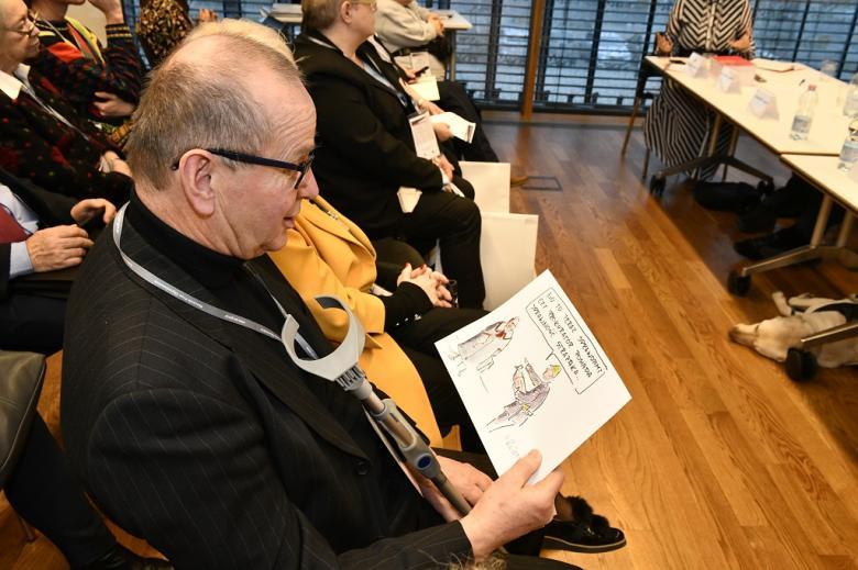 Mężczyzna ogląda rysunek