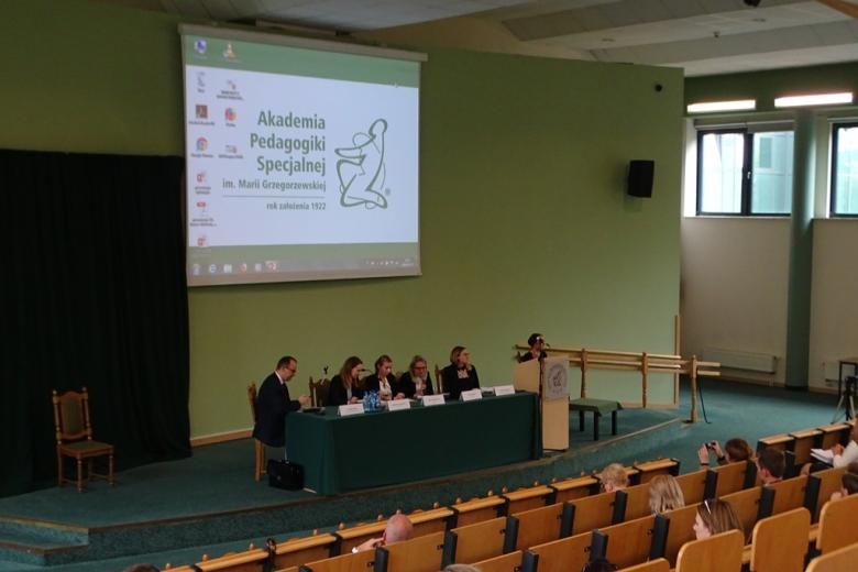 Panel, cztery kobiety i mężczyzna, tłumaczka języka migowego
