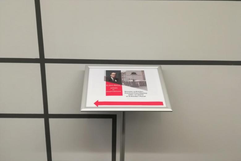 Drogowzkaz z plakatem w nowoczesnym wnętrzu