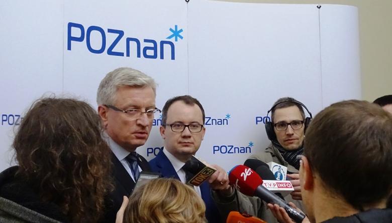 Dwaj mężczyźni wypowiadają się do mikrofonów