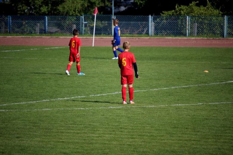 Chłopcy grają w piłkę nożną