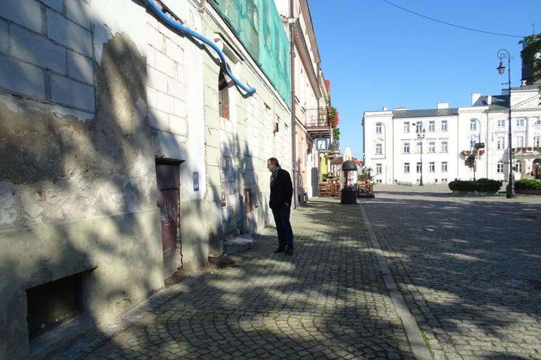 Mężczyzna na ulicy starego miasta, wiosna