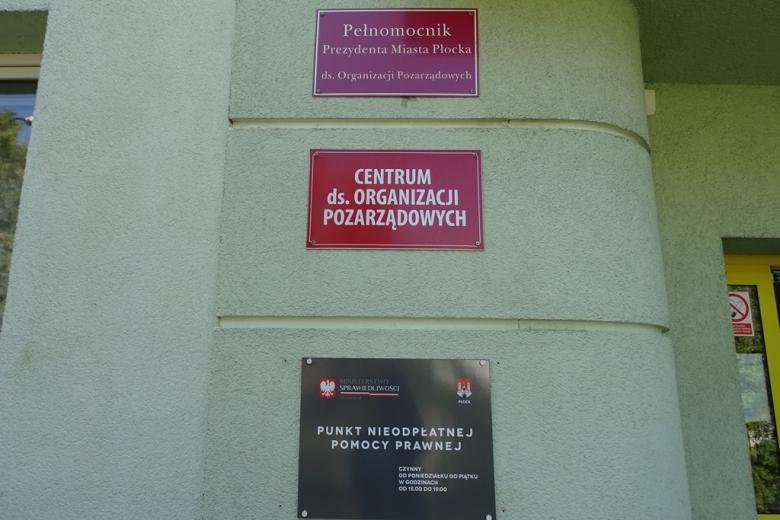 Trzy tablice informacyjne, że w budynku pracuje Pelnomocnik ds. organizacji pozarządowych, Centrum Organizacji Pozarządowych oraz świadczona jest bezpłatna pomoc prawna