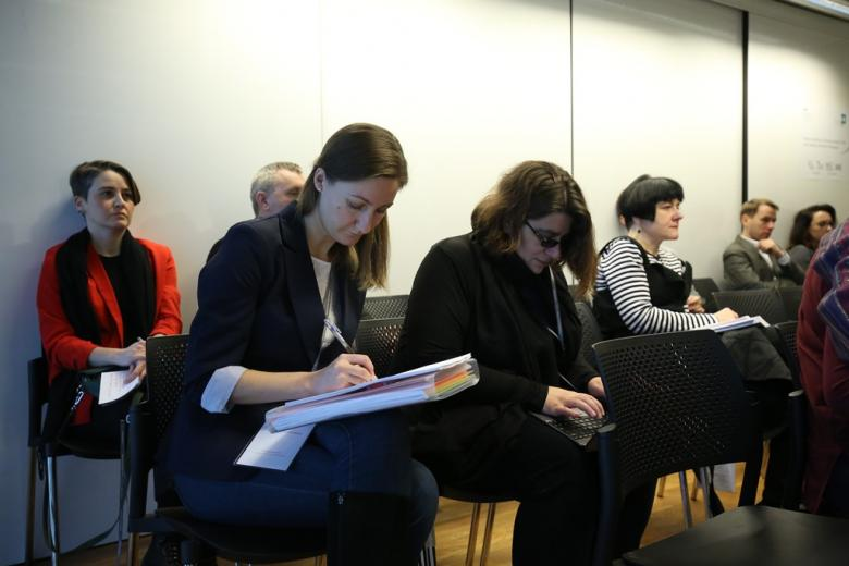 Dwie kobiety na widowni notują