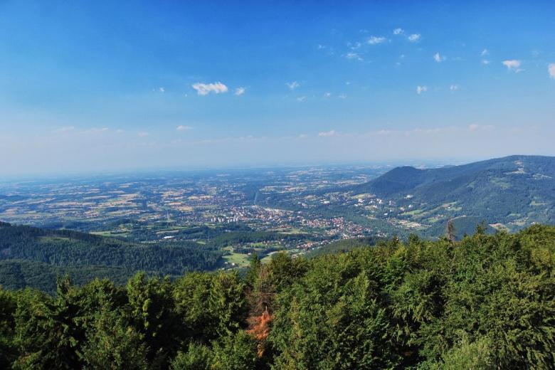 Krajobraz górski, lesiste wzgórza i dolina z domami
