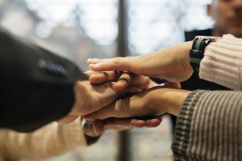 Dłonie ludzi, którzy sobie pomagają