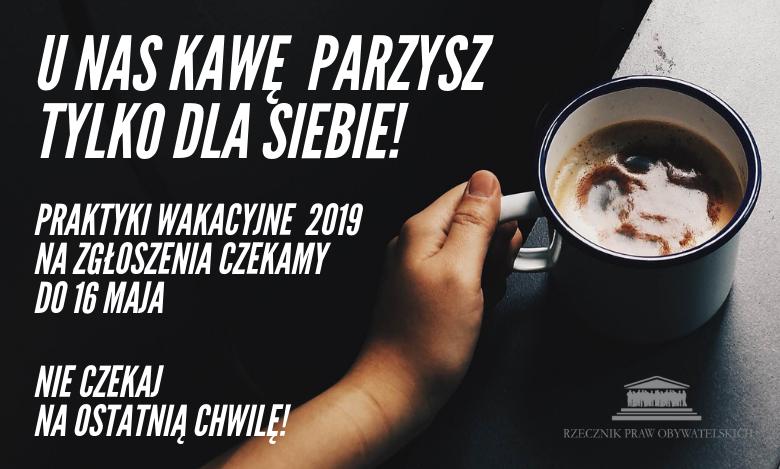 zdjęcie kubka kawy z dopiskiem U NAS KAWĘ  PARZYSZ TYLKO DLA SIEBIE!
