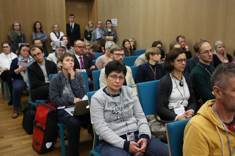 Publiczność na sali, zielone krzesła