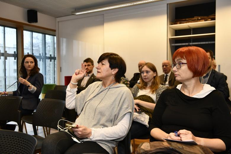 Uczestniczka warsztatów podnosi rękę