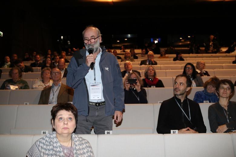 Mężczyzna z audytorium zadaje pytanie
