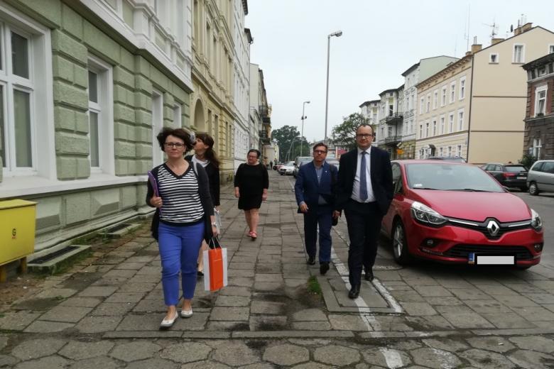 Grupa ludzi odzie ulicą