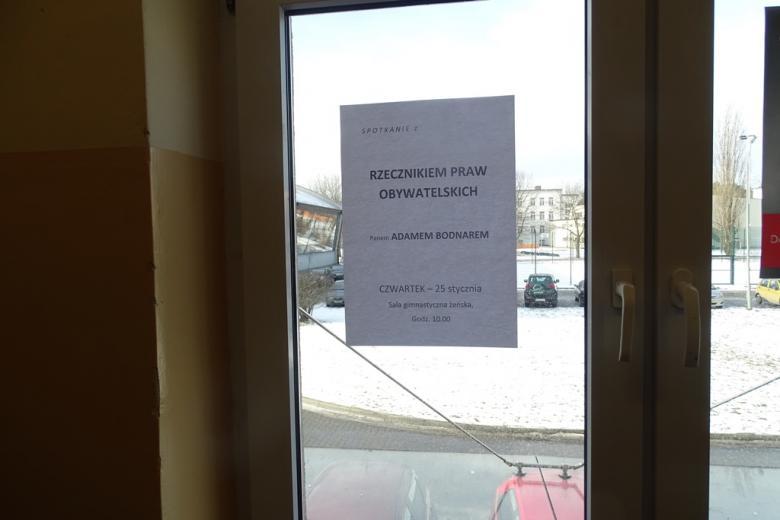 Plakat naklejony na oknie w szkole