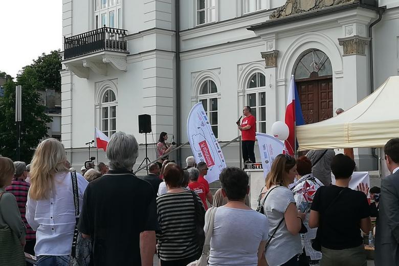 Wystąpienie mężczyzny w czerwonej koszulce