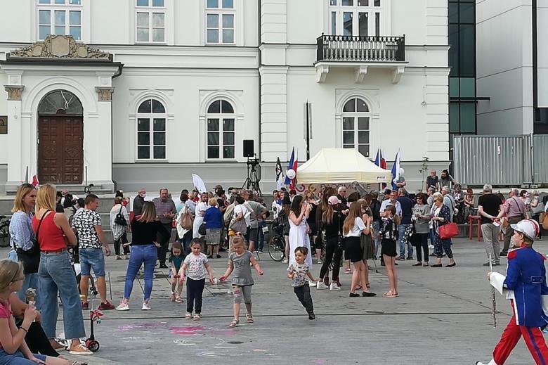 Dzieci bawią się na placu