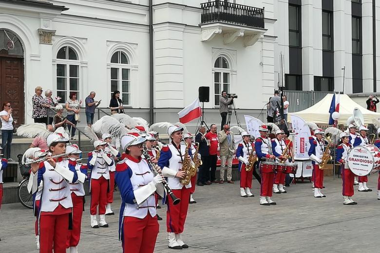 Orkiestra i lidzie na placu