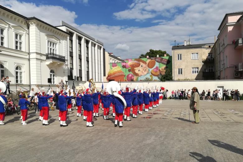 Muzycy orkiestry w granatowych kurtkach