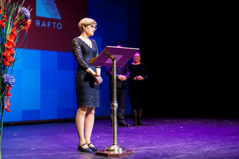 Kobieta przemawia na scenie