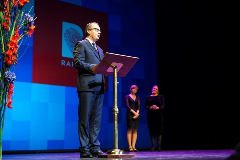 Mężczyzna przemawia na scenie