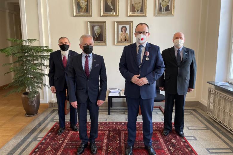 mężczyźni w maseczkach pozują do zdjęcia na tyle portretów byłych RPO