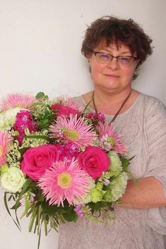 Kobieta z bukietem kolorowych kwiatów