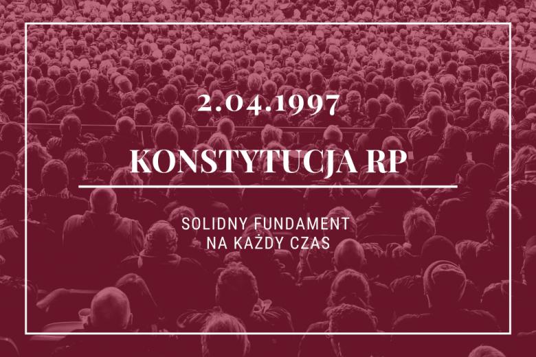 bordowe zdjęcie tłumu ludzi z datą 2 kwietnia 1997 roku i hasłem solidny fundament na każdy czas