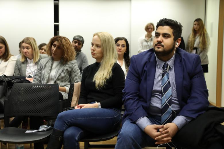 Ludzie na sali ze słuchawkami do tłumaczenia