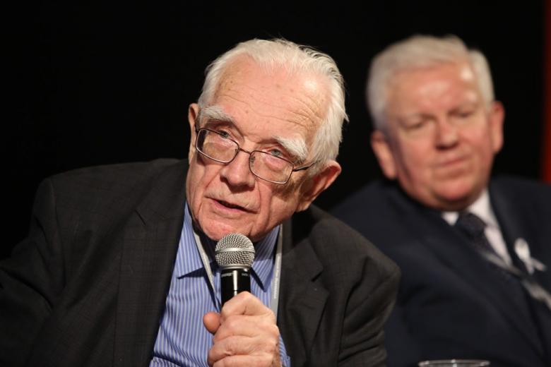 zdjęcie: dwoch mężczyzn, jedn z nich mówi do mikrofonu