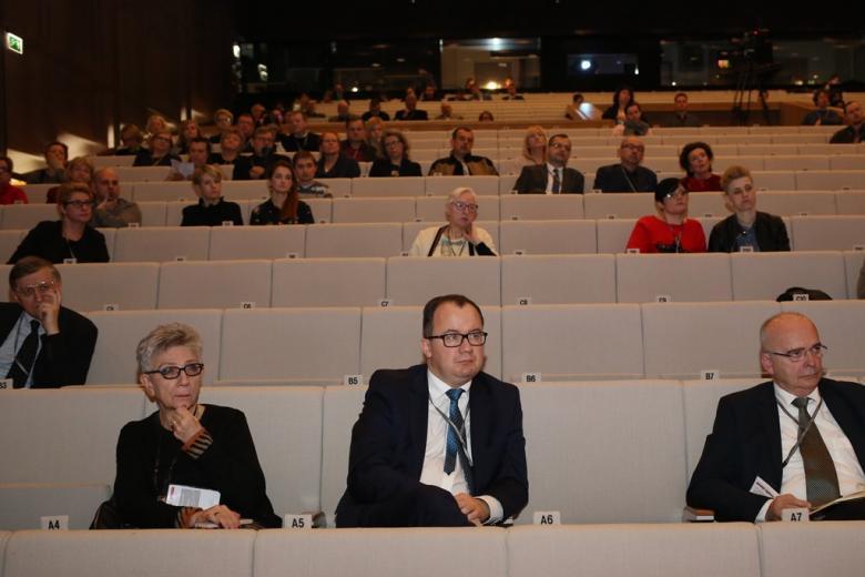 Ludzie na sali plenarnej