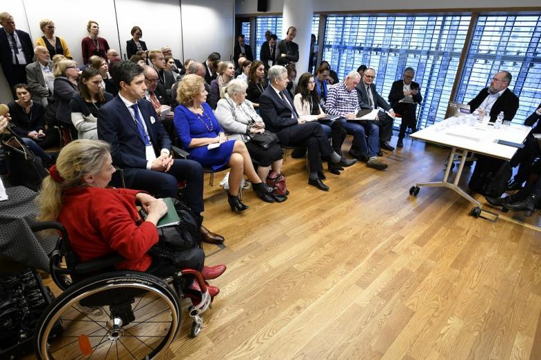 Tłum na sali, niektórzy stoją