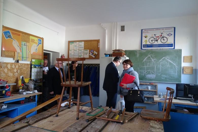 Ludzie w sali z narzędziami