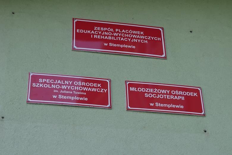 Trzy tablice na ścianie