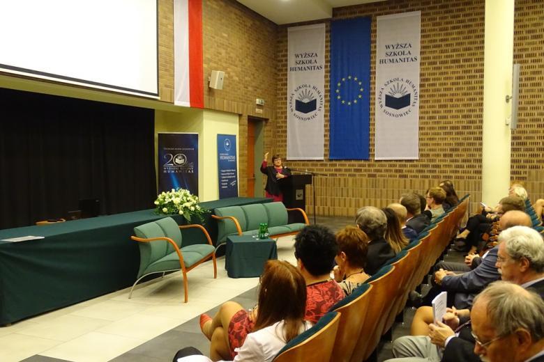 Kobieta na mównicy w auli uniwersyteckiej