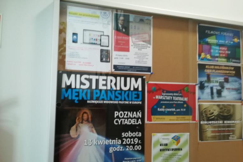 Plakaty na tablicy - ogłoszenie o spotkaniu z RPO i o misteriach pasyjnych