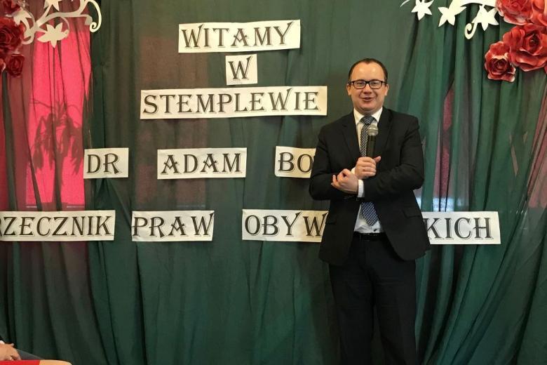 """Męzczyzna na rel napisu :Witamy w Stemplewie - dr Adam Bodnar Rzecznik Praw Obywatelskich"""""""