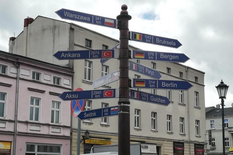 Drogowskaz pokazujący odleglość od miast w Polsce, w Turcji i w Europie