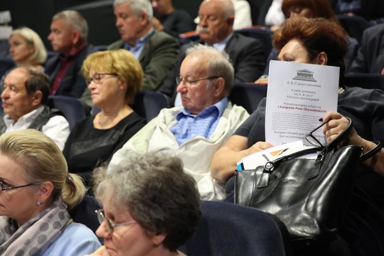 Ludzie na sali, na pierwszym plaie - pani z materiałami informacyjnymi RPO
