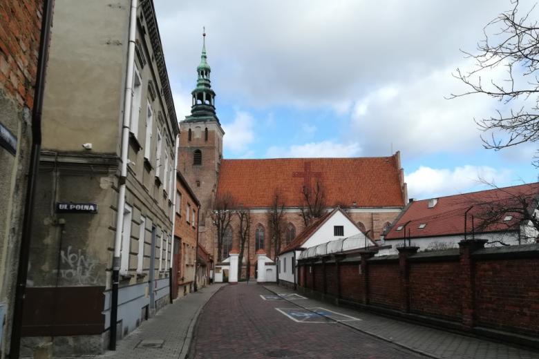 Uliczka i gotycki kościół