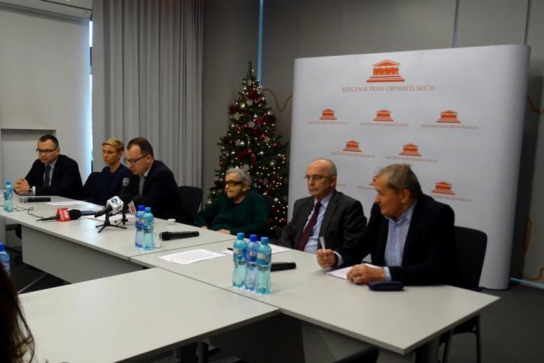 na zdjęciu Rzecznik Praw Obywatelskich i przedstawiciele Rady Społecznej