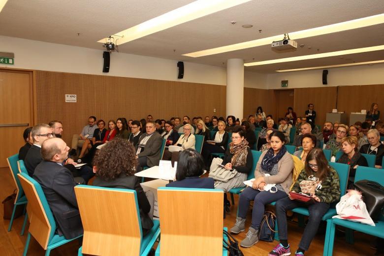 Widok na salę konferencyjną pełną ludzi