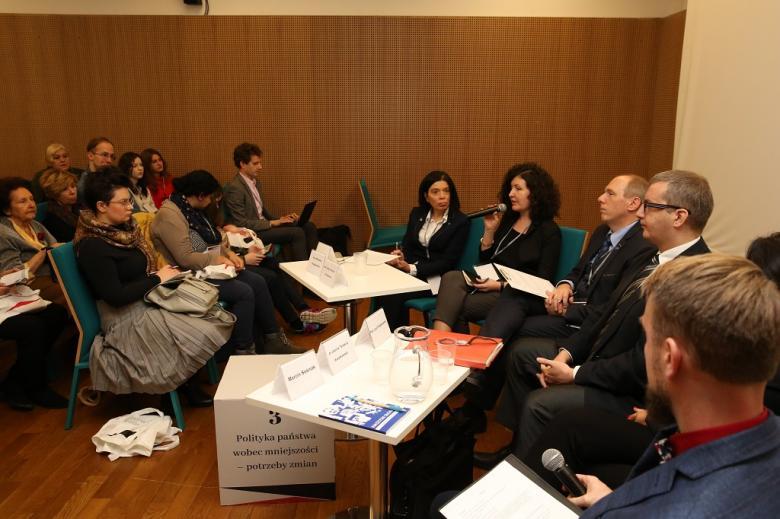 Paheliści na sali konferencyjnej ustawili krzesła w półokregu