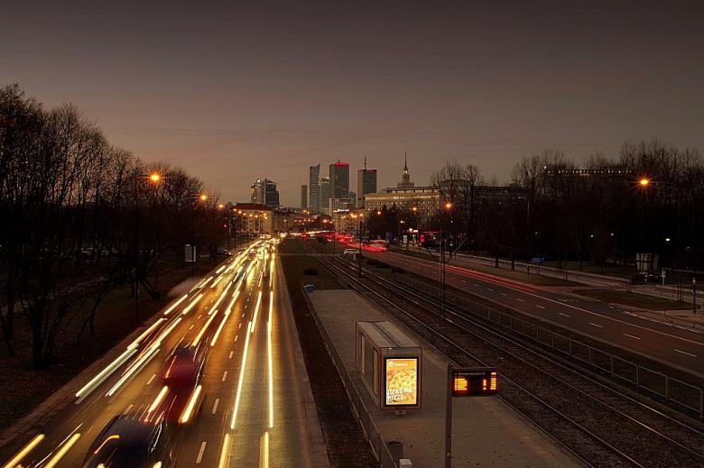Samochody na ulicy w Warszawie