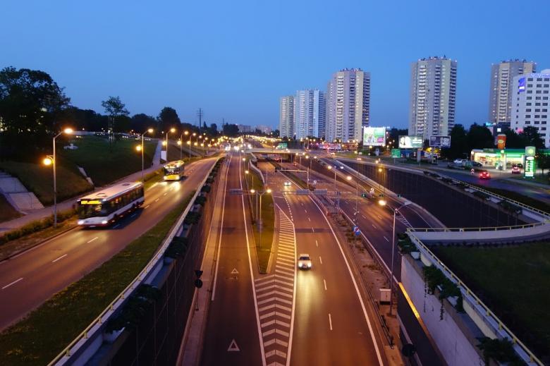 Szeroka ulica w mieście