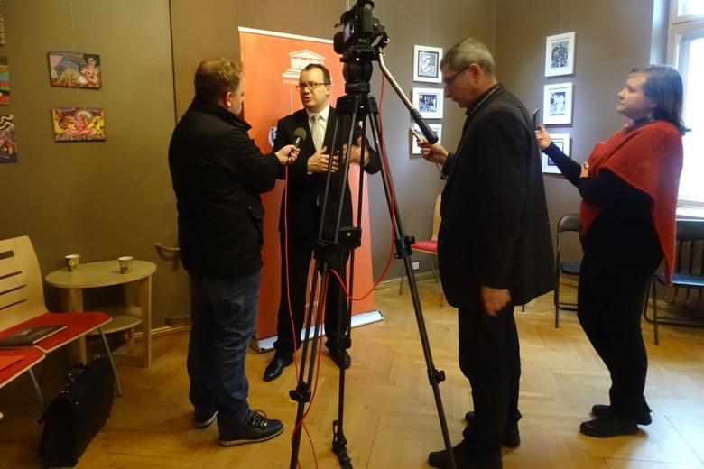 Zdjęcie: dziennikarze rozmawiają z Adamem Bodnarem po spotkaniu