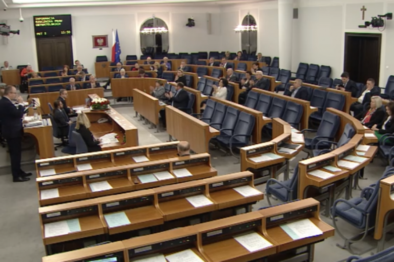 Ludzie na sali senackiej