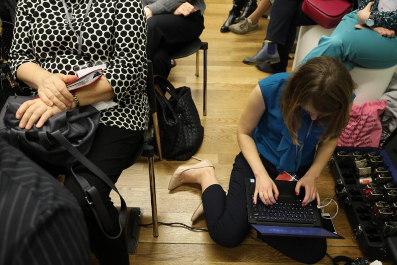 Ludzie siedzą na podłodze