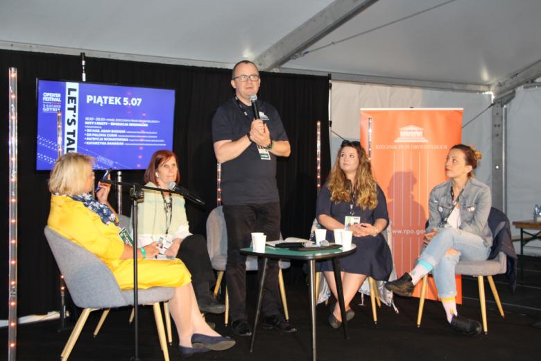Paneliści: trzy kobiety i mężczyzna