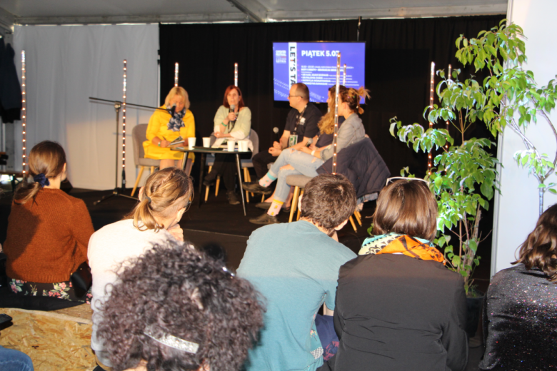 Paneliści: trzy kobiety i mężczyzna. Widok z biku