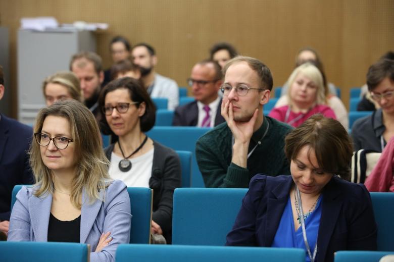 Publiczność na panelu, zielone krzesła