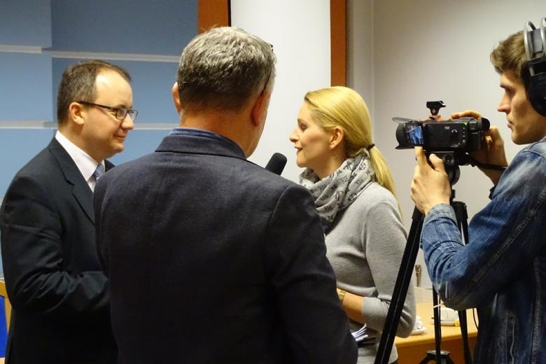 Kobieta z mikrofonem, mężczyzna z kamerą i dwaj mężczyźni w tym Adam Bodnar