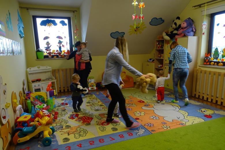 Zdjęcie: dzieci i dorośli tańczą